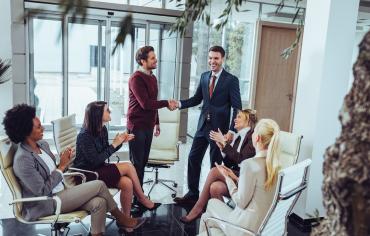 salariés heureux sur leur espace de travail