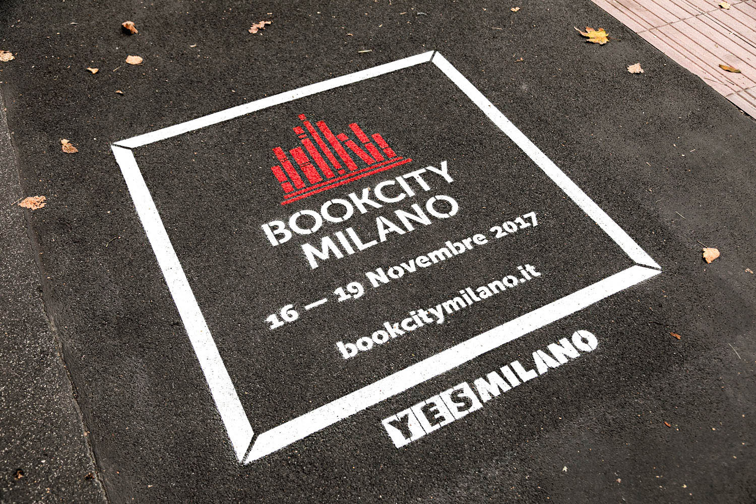 outdoor advertising milano book city