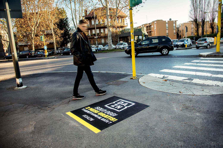 pubblicità marciapiedi dazn