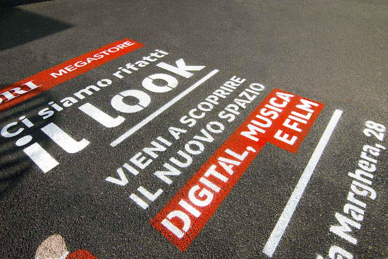 pubblicità marciapiedi mondadori