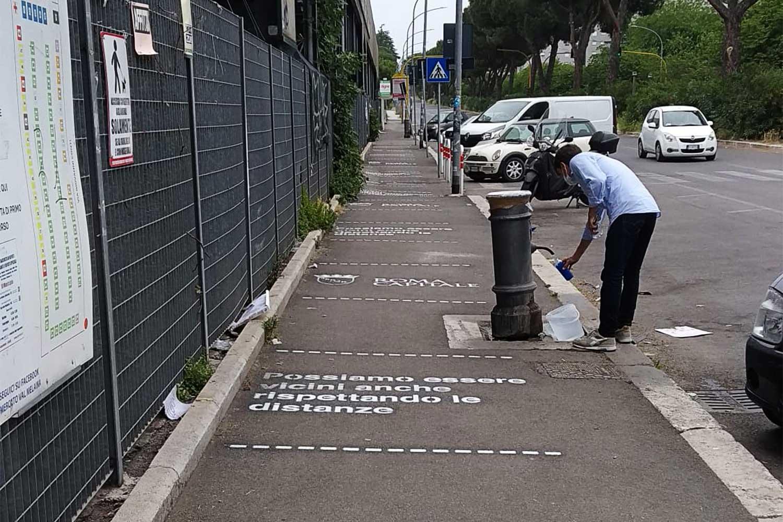 graffiti pubblicità social distancing comune di roma