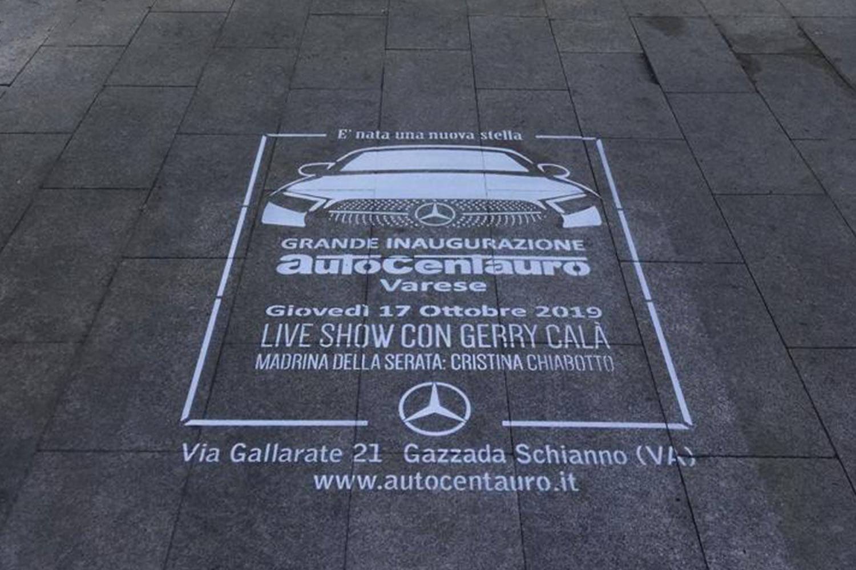 pubblicità marciapiedi auto centauro
