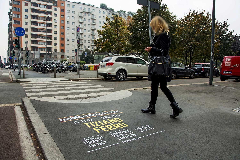 pubblicità marciapiedi radio italia tiziano ferro