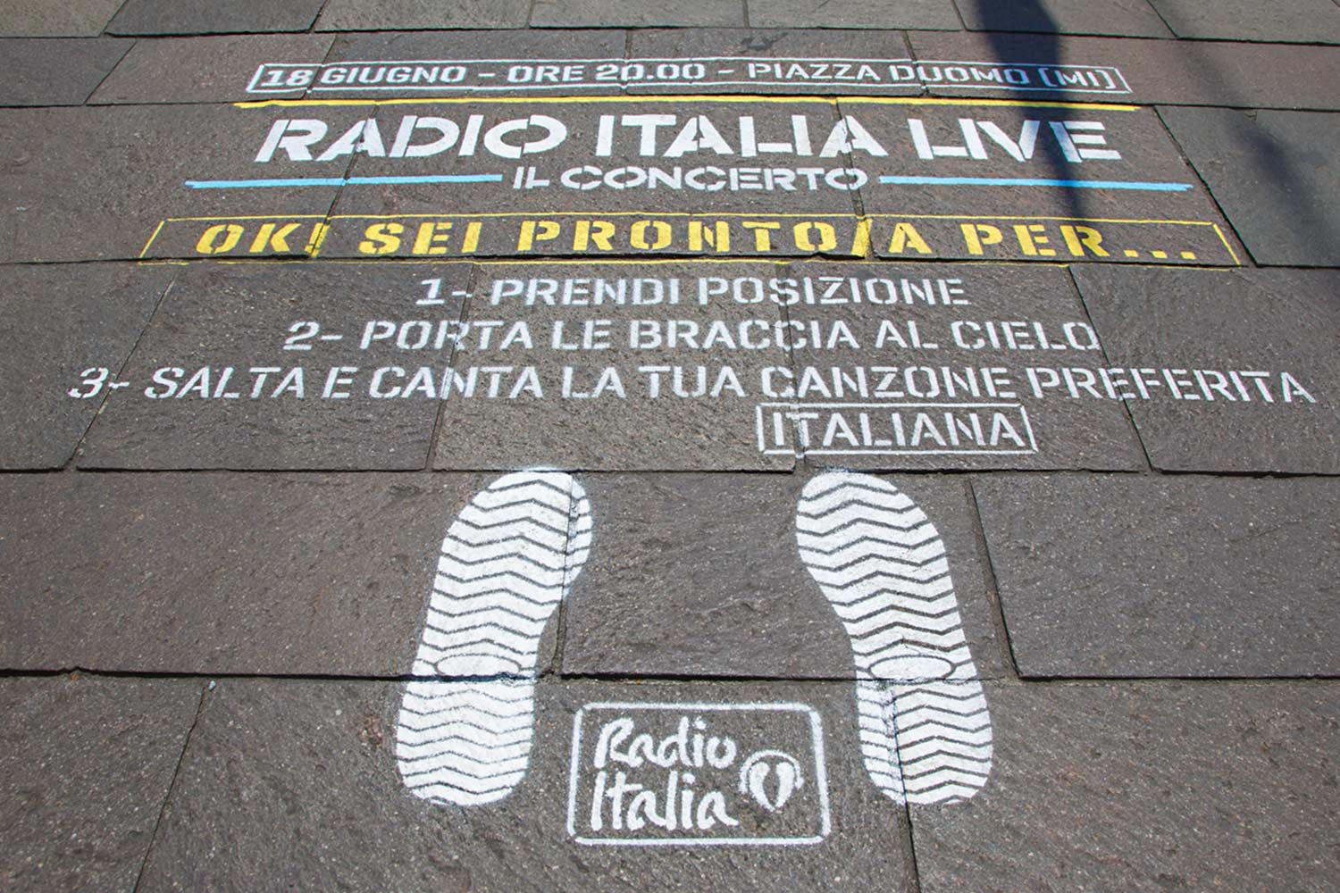 street advertisement radio italia concerto duomo