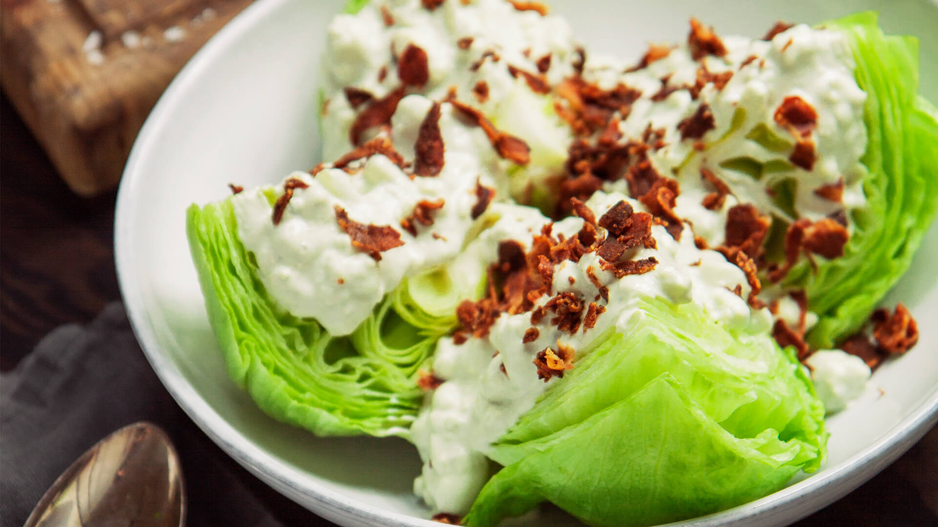 Salladsklyftor Med Blue Cheese-Dressing Och Bacon