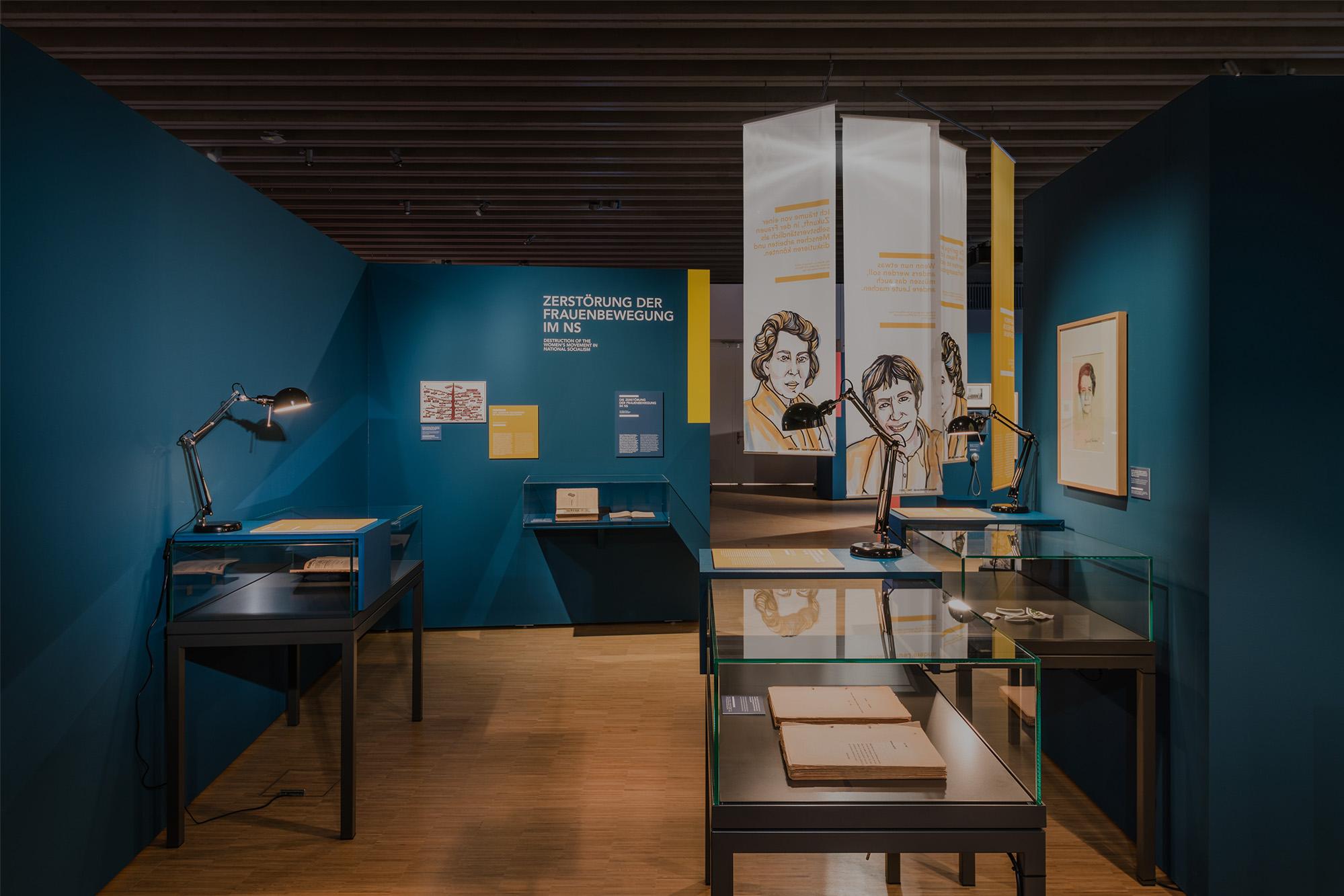 Auf der neuen rund 900 Quadratmeter großen Ausstellungsfläche präsentiert der Besucher*innenweg eine lebendige Grafikgestaltung, die den Vorkämpferinnen eine aktuelle Präsenz verleiht.