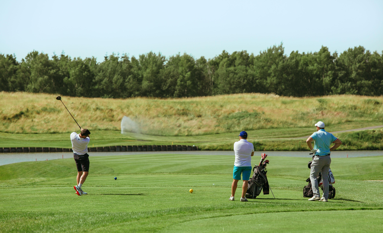Golfeur tirant du green sur le parcours du Golf National