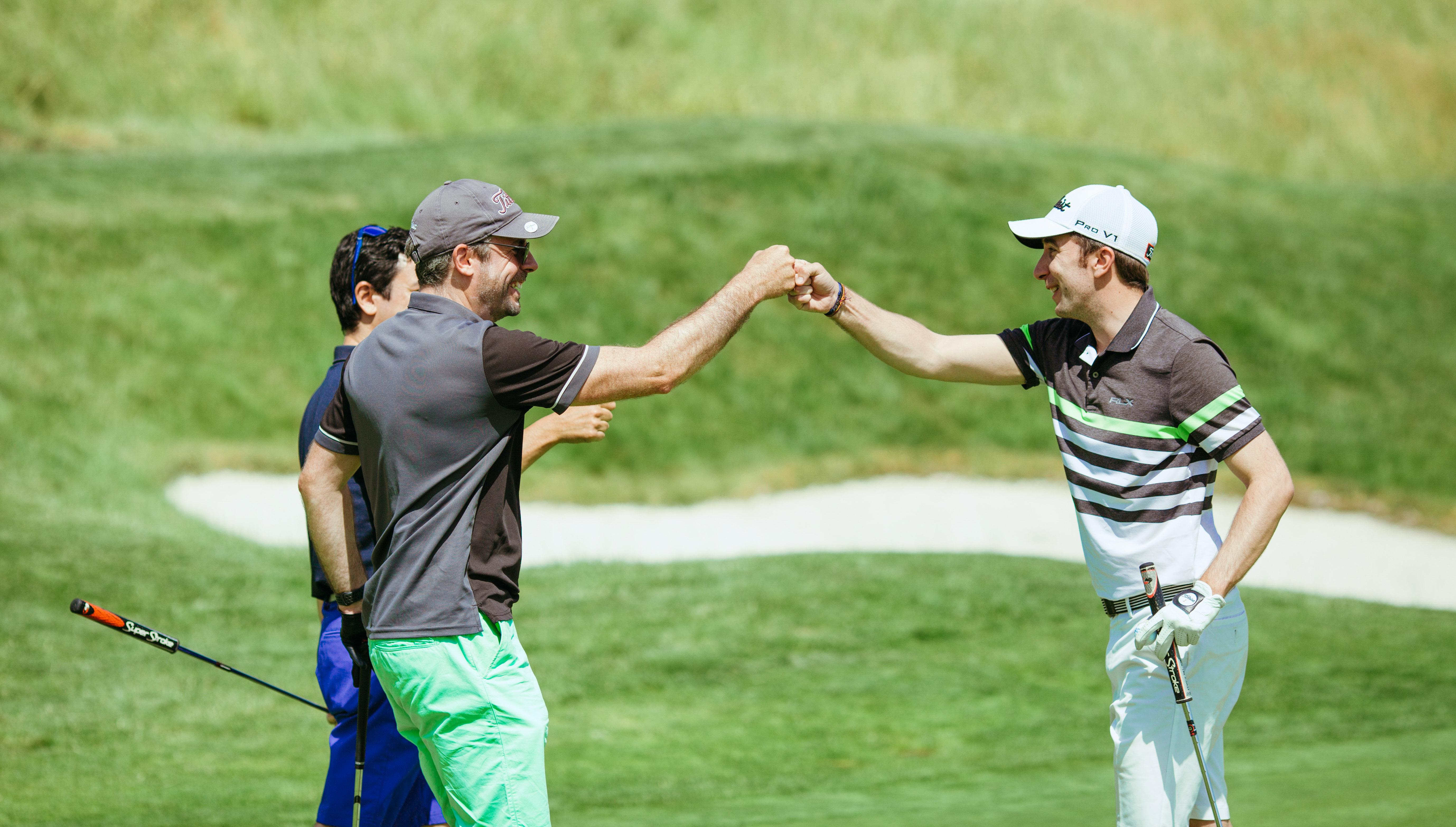 Golfeurs se félicitant d'avoir terminé le parcours du golf national