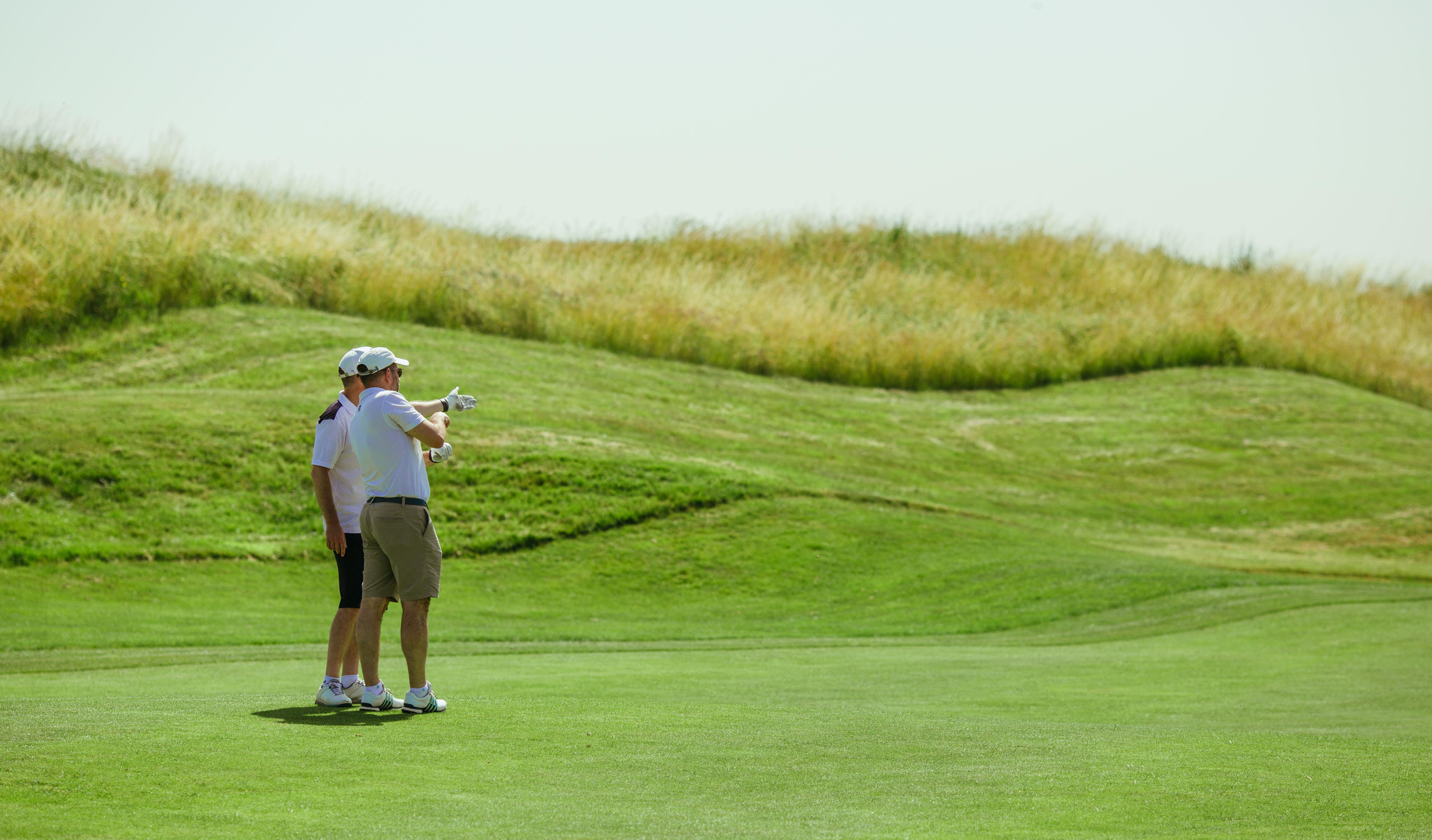 Golfeurs discutant leur prochain tir