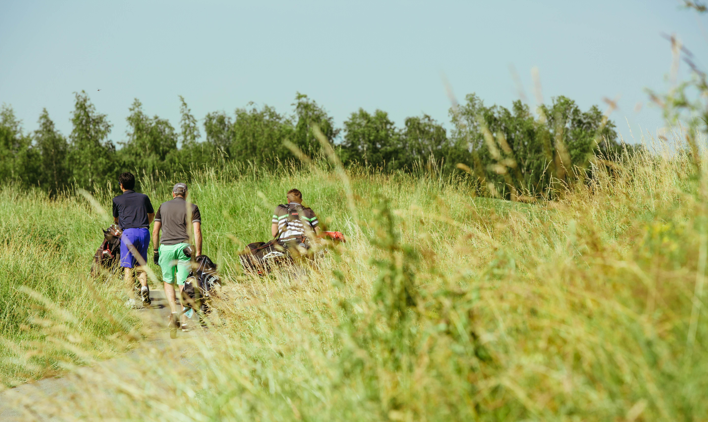 Des participants à la compétition de golf S4M se rendant sur le parcours