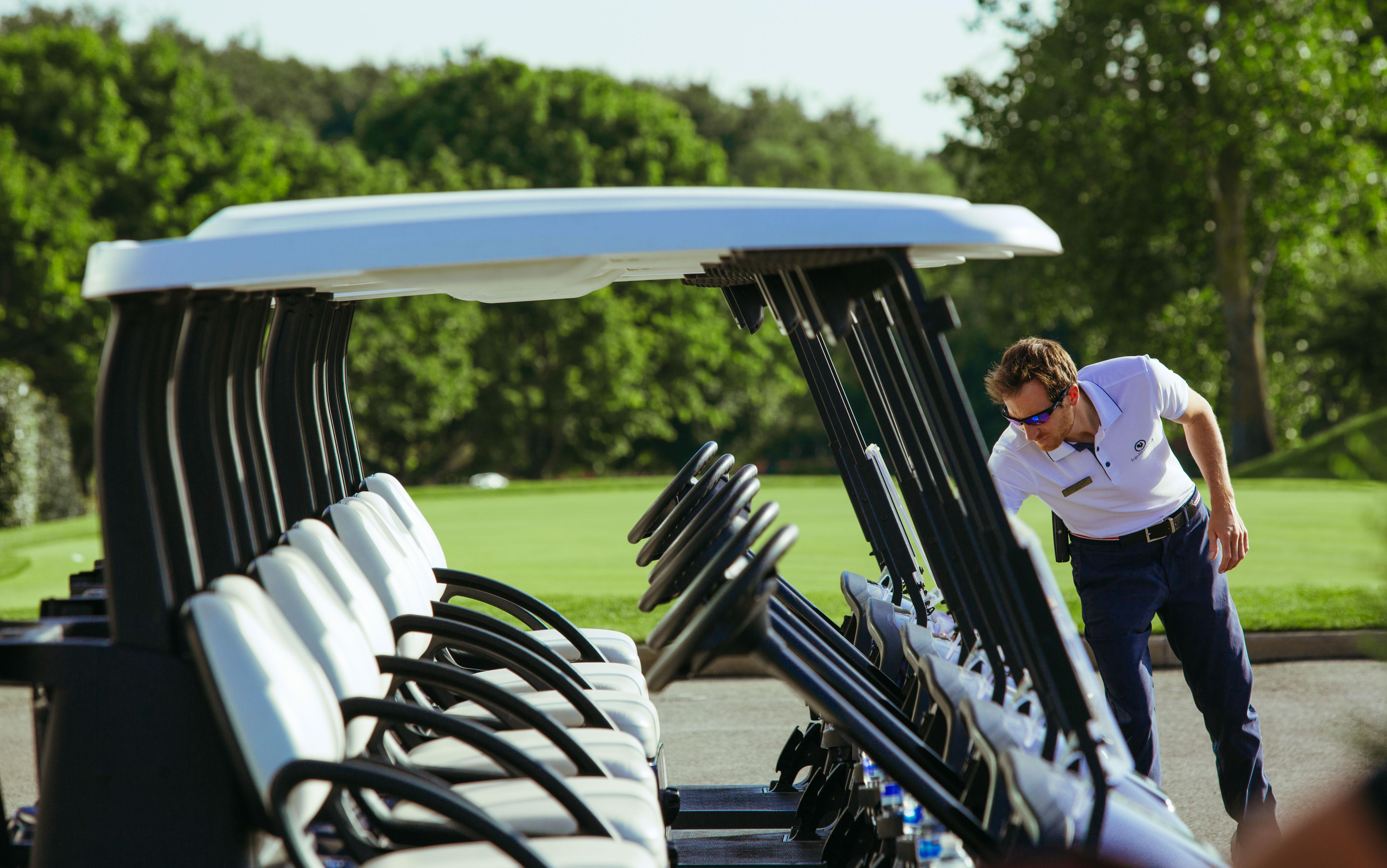 Vérification des caddies de golf avant le départ de la compétition
