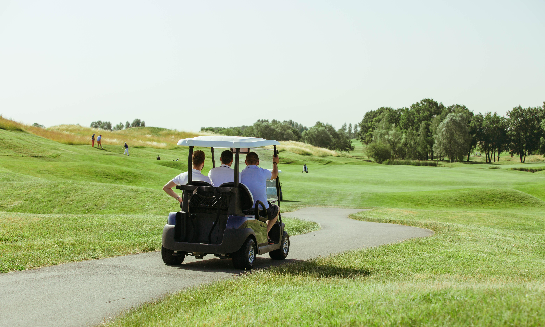 Les équipes S4M à bord d'un caddie de golf pour discuter avec les participants