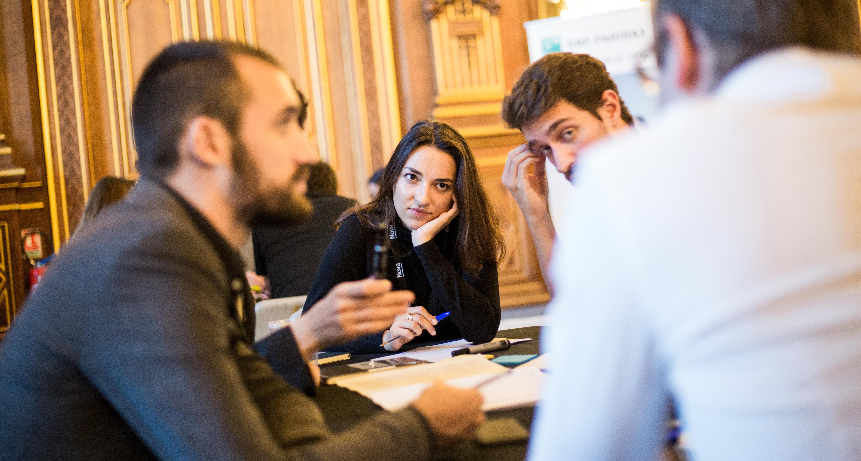 Discussions entre les membres d'une équipe lors d'un atelier du Nova Forum