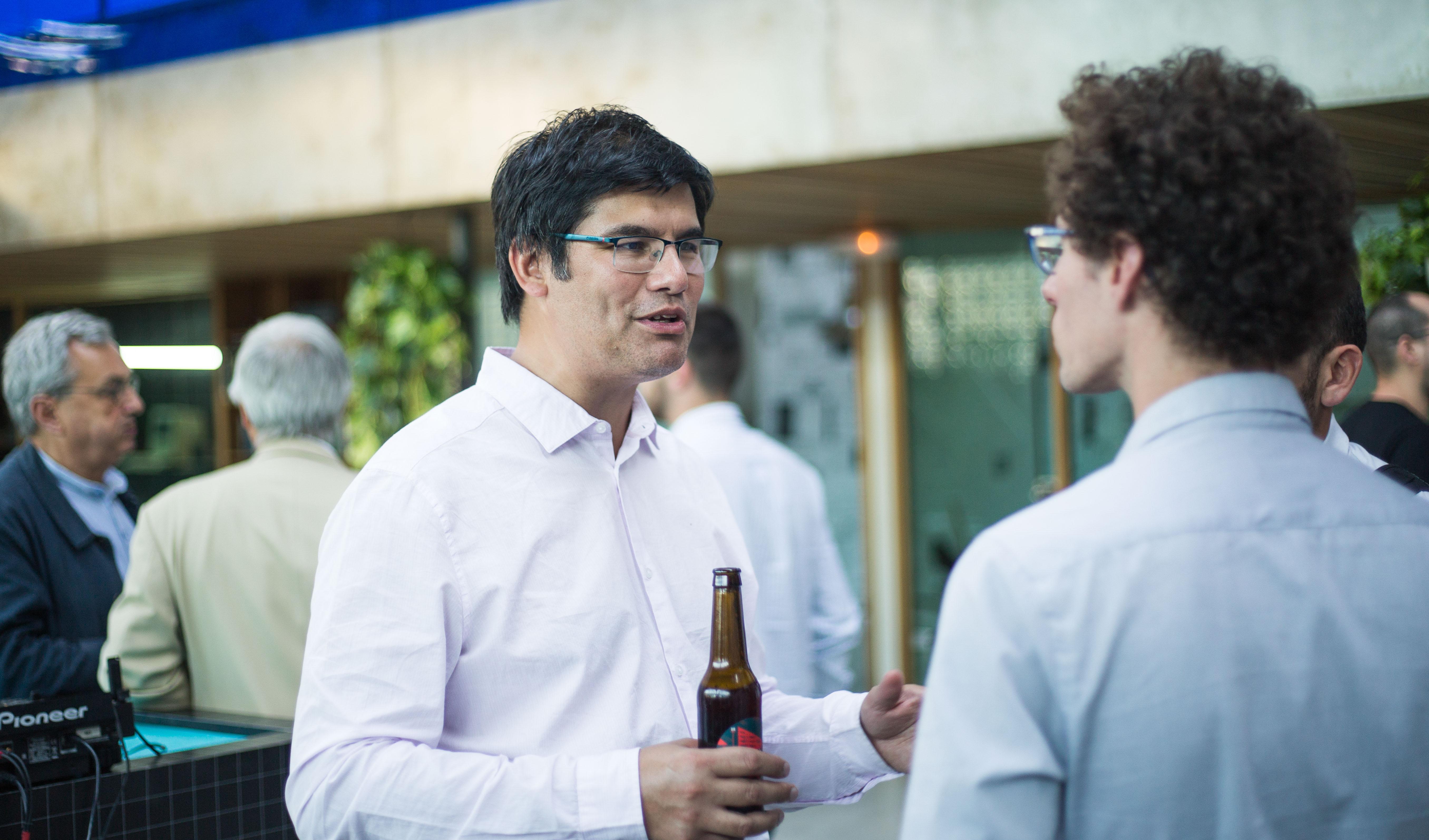 Discussions entre développeurs lors de l'inauguration de la hacker-house Seed-Up