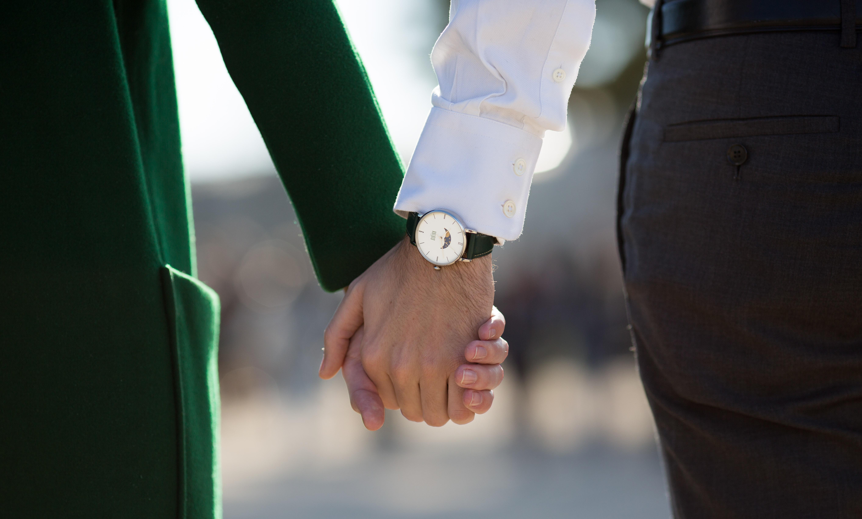 Montre Valois bracelet en cuir vert portée par un homme tenant la main à sa femme