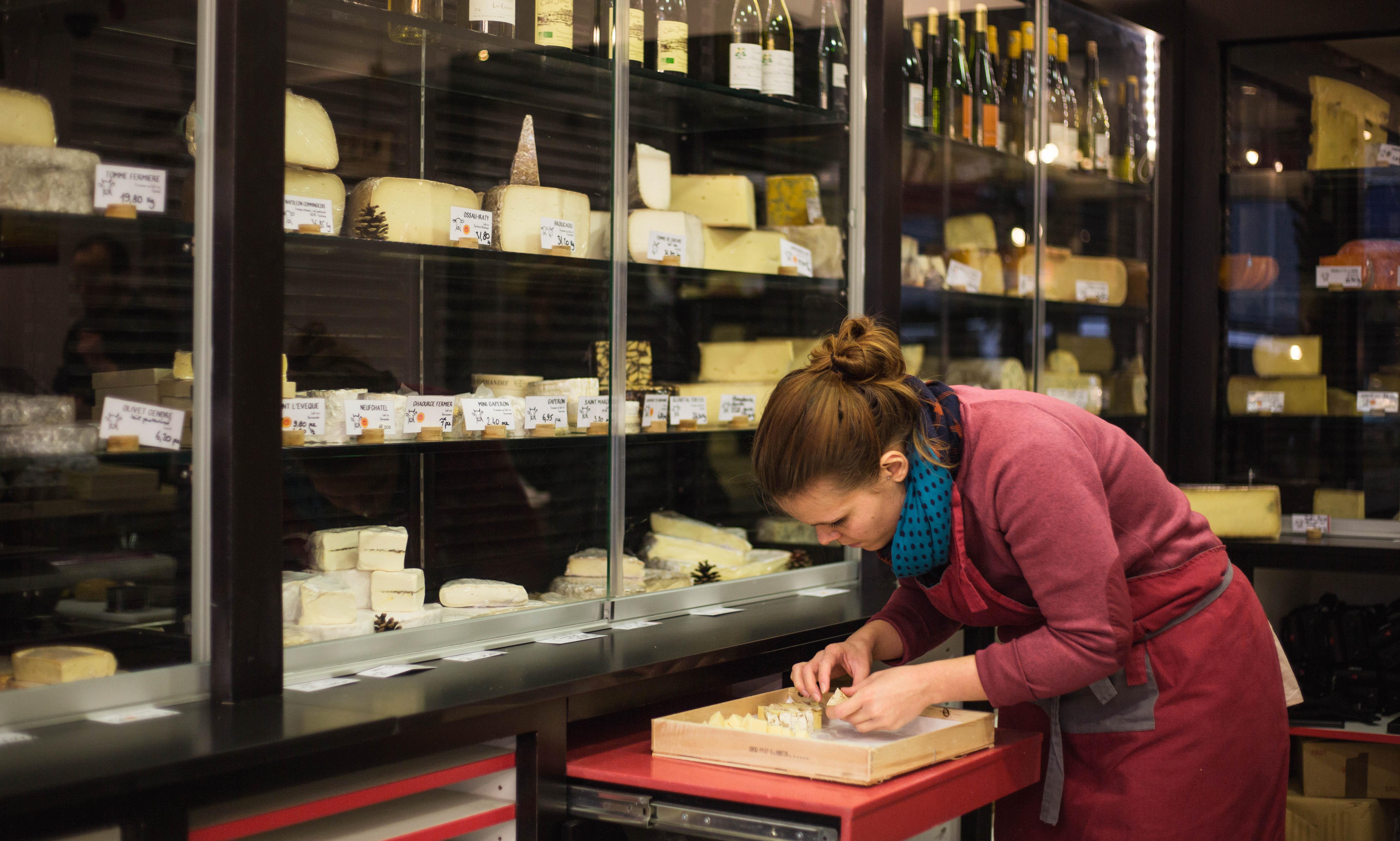 Préparation d'un plateau de fromages chez Paroles de Fromagers