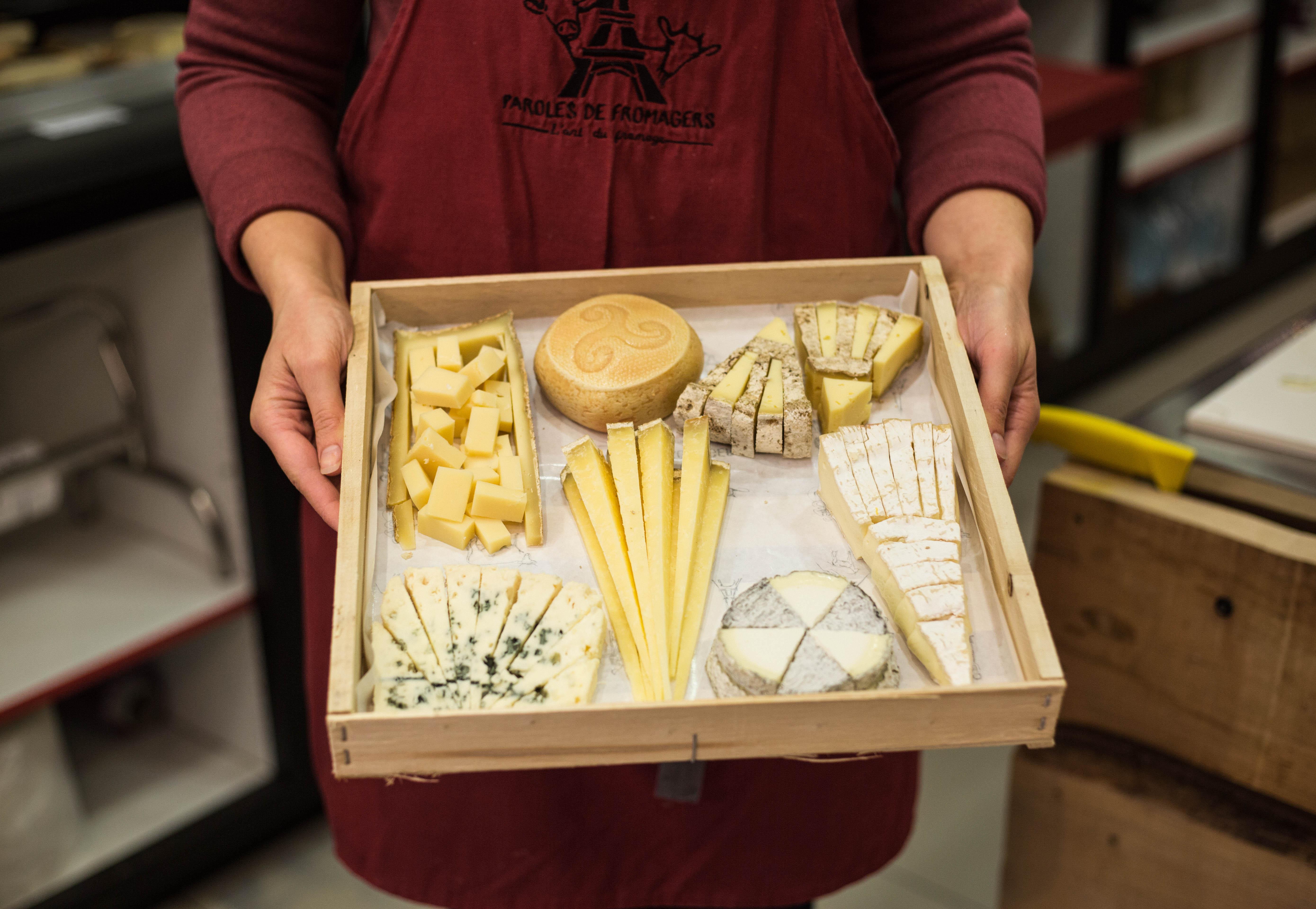 Présentation d'un plateau de fromage chez Paroles de Fromagers