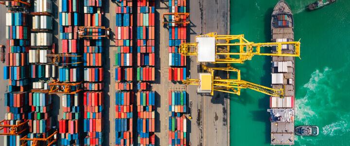 Containerschiff, das im Frachthafen beladen wird