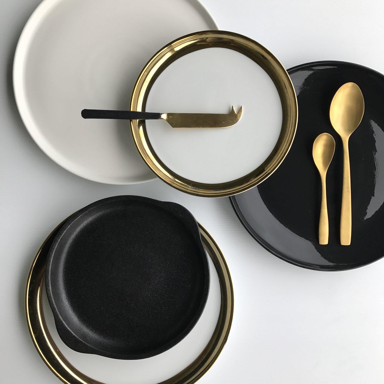 foto não editada de pratos em preto e branco e talheres de ouro