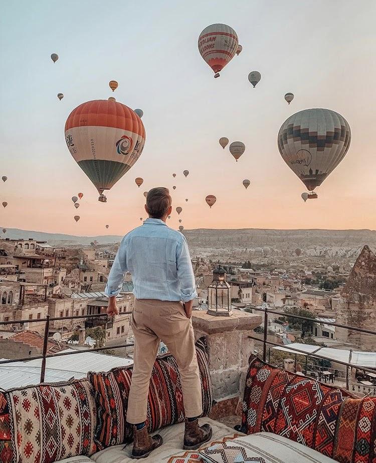 Foto de balões de ar quente no céu da Capadócia, no centro da Turquia