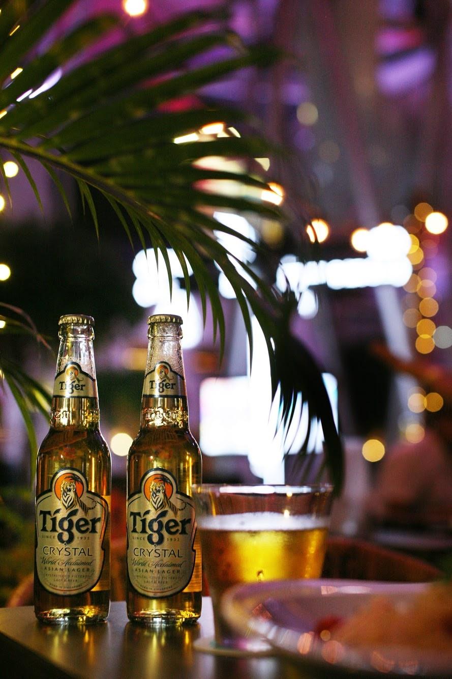 Cena vibrante de beber à noite com cerveja Tiger e belo bokeh