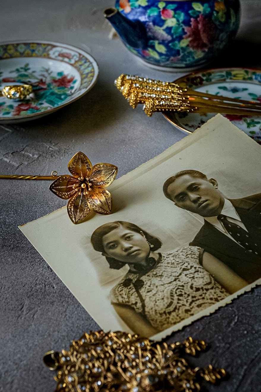 Foto de close-up de porcelana vintage, grampos de cabelo de Cingapura e fotos ancestrais