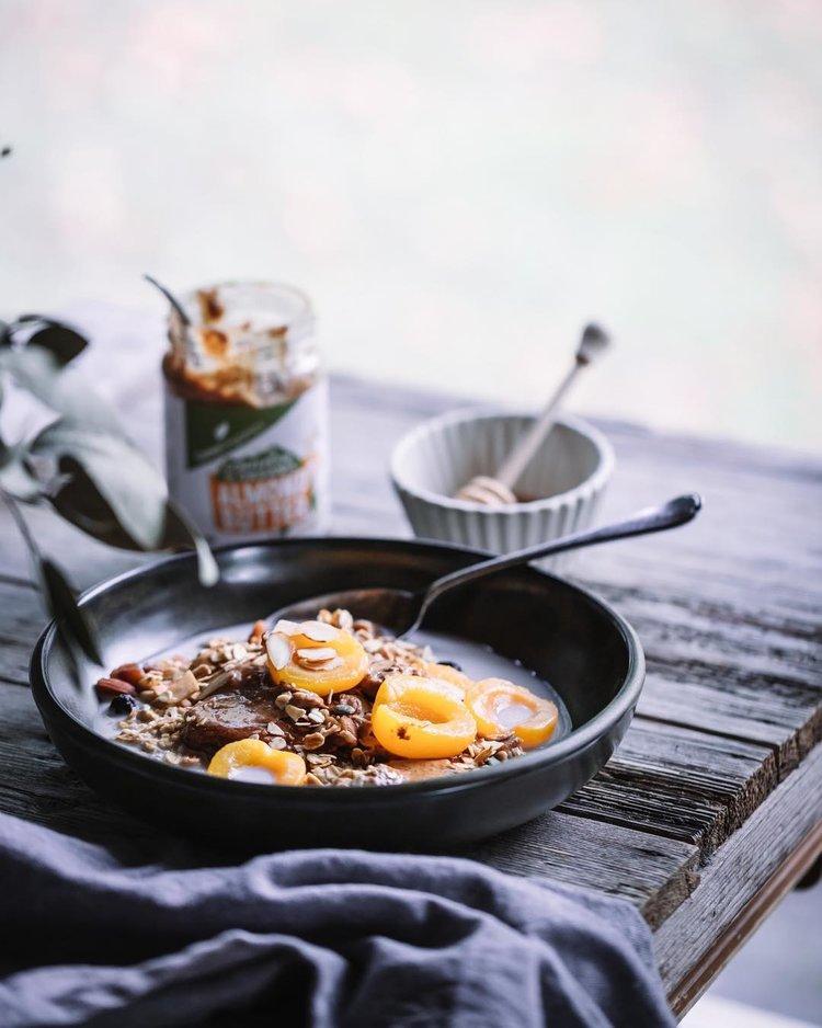 Tigela de café da manhã nutritiva com damascos em pranchas de madeira recuperada