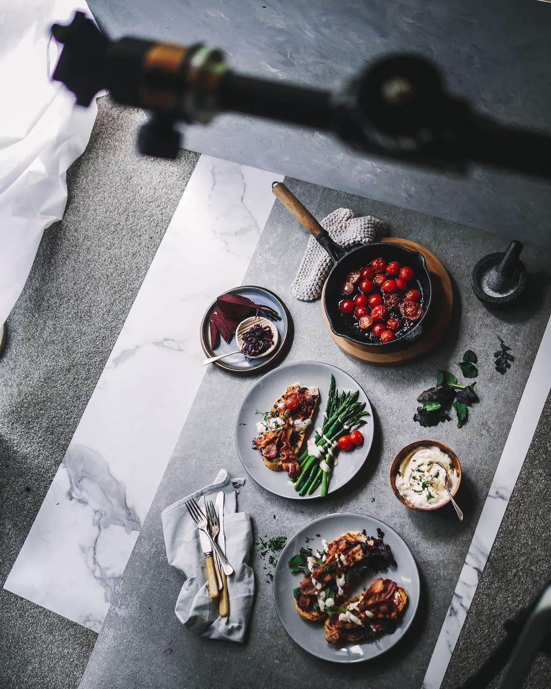 cena estilo flatlay food com pratos e tripé acima
