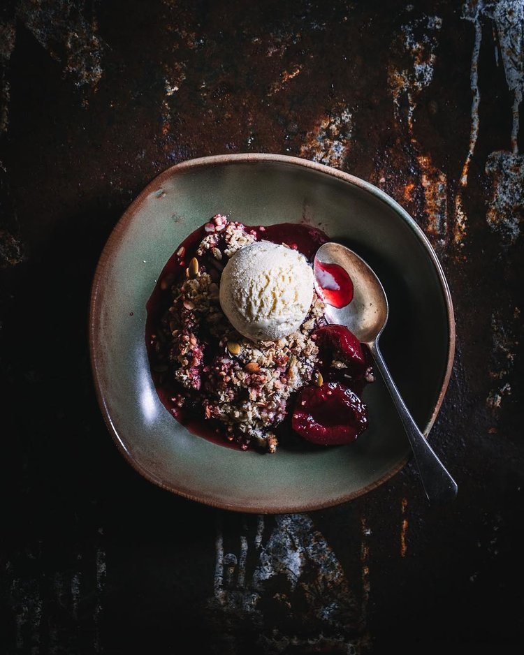 Churrasco antigo como pano de fundo de chapa enferrujada com crumble de frutas escaldadas e sorvete