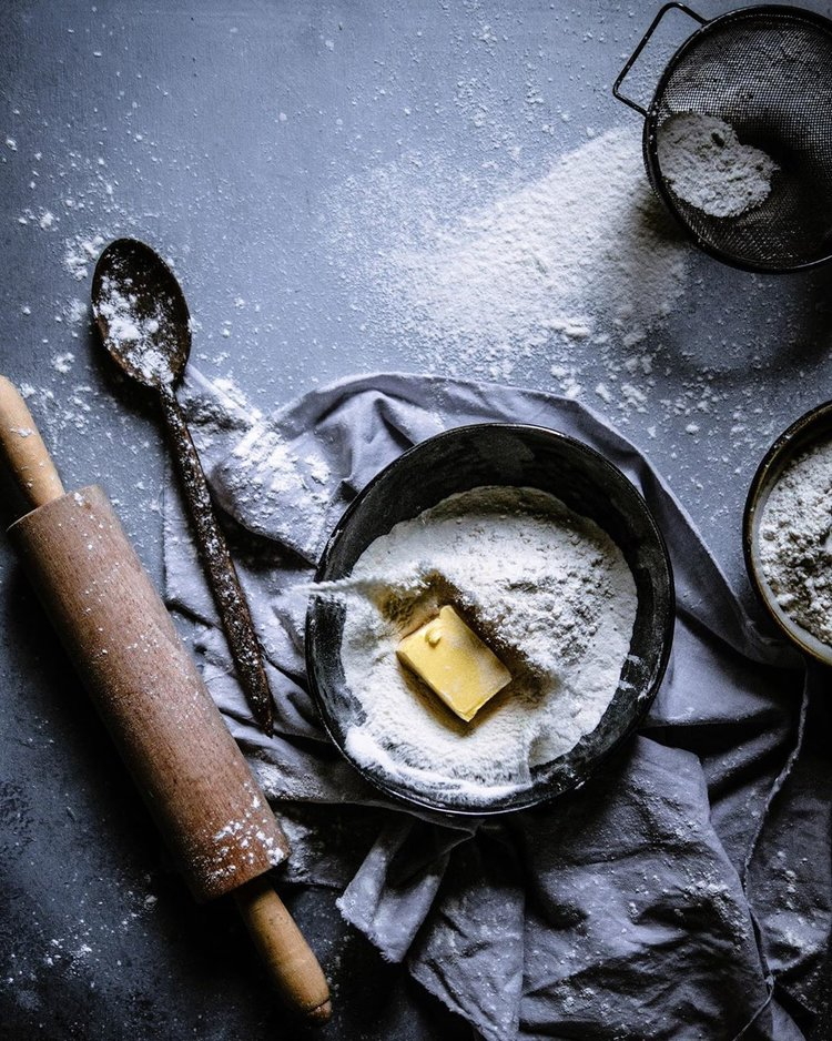 Faça uma bagunça assando com manteiga, farinha e rolo na bancada da cozinha