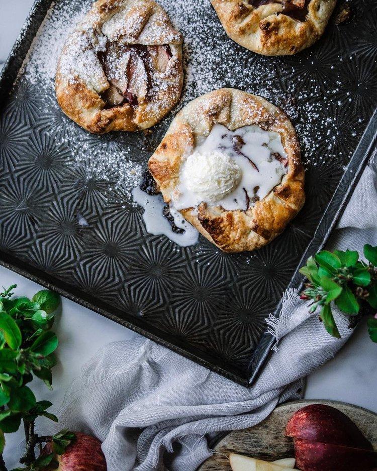 Tabuleiro texturizado vintage com pastelaria fresca, natas e açúcar de confeiteiro