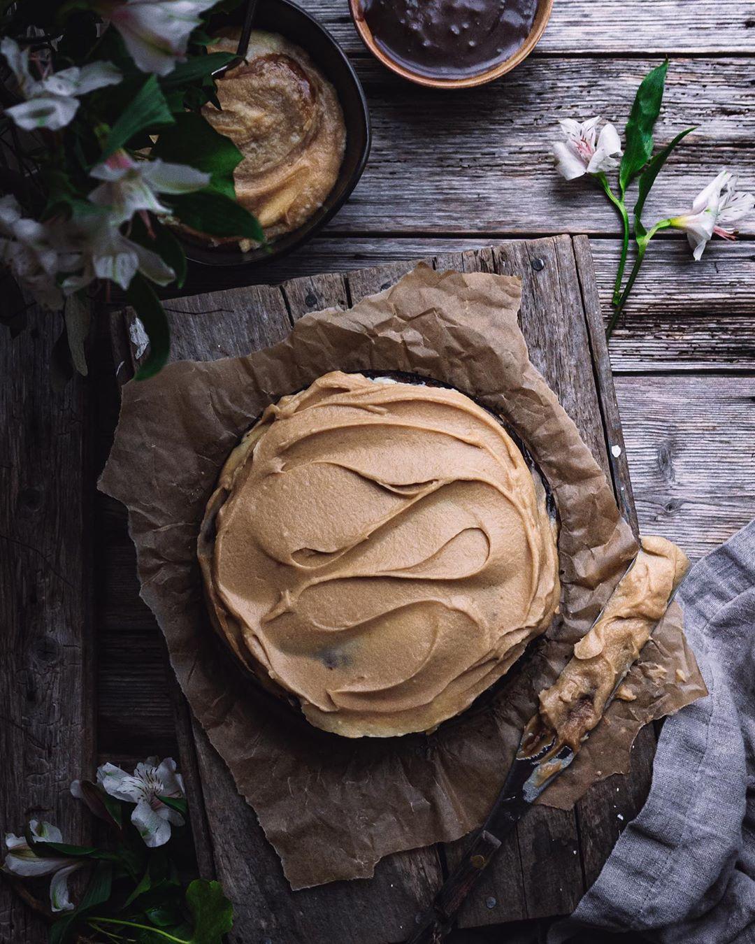 Textura de cobertura em bolo em camadas sobre papel pardo amassado e pranchas de madeira rústica