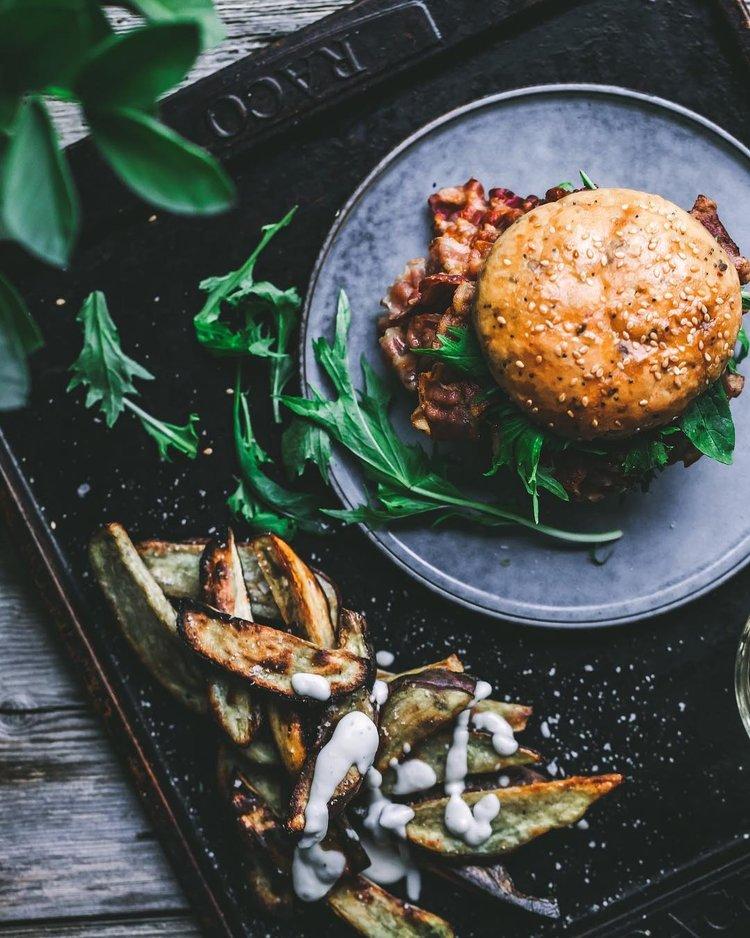 assadeira rústica e prato de cerâmica com hambúrgueres e vegetais frescos
