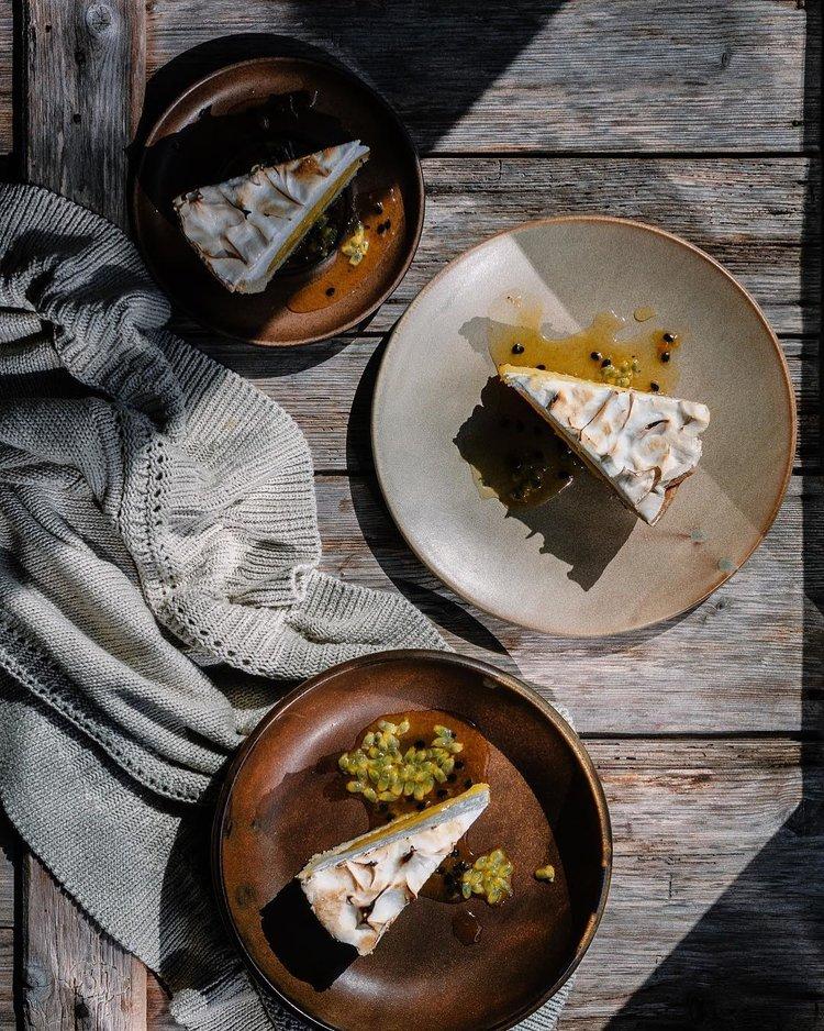 sobremesas folheadas em tigelas de madeira decoradas com aconchegantes cobertores de malha e tábuas rústicas