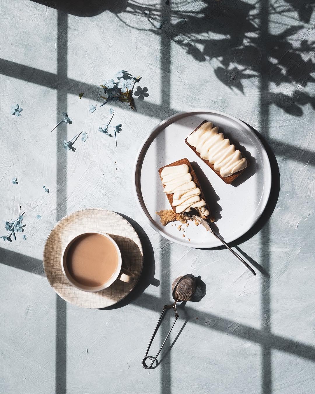 assados e pétalas espalhadas sob a sombra de uma janela de treliça
