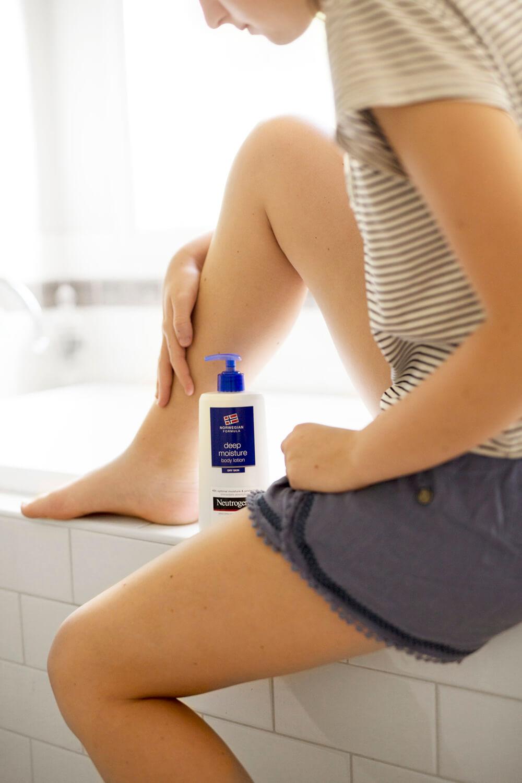 aplique hidratante no banheiro na borda da banheira