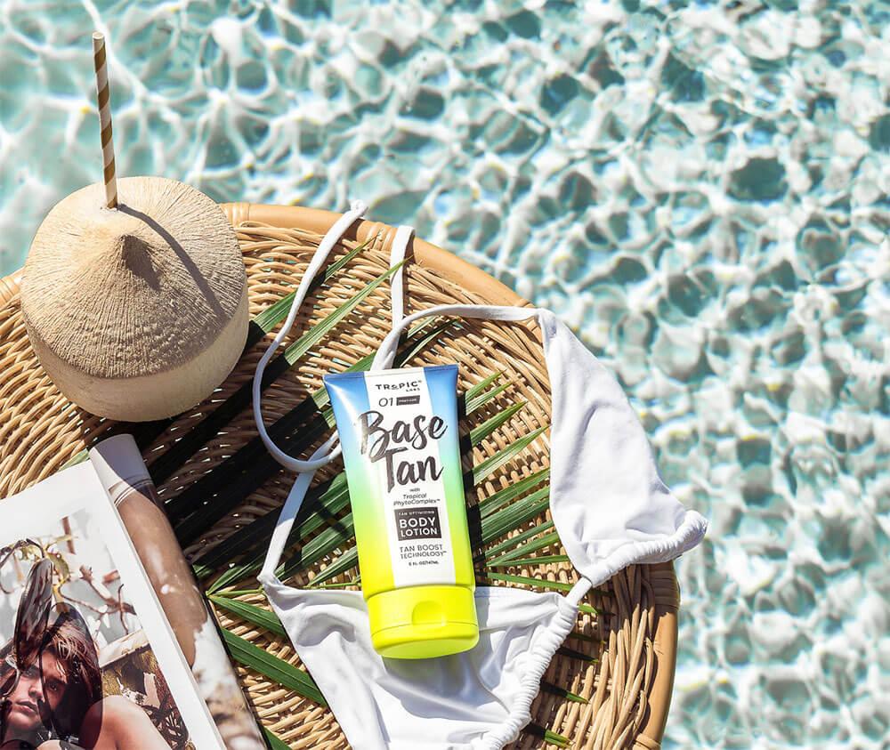 relaxando na piscina tropical com coco e loção corporal bronzeadora