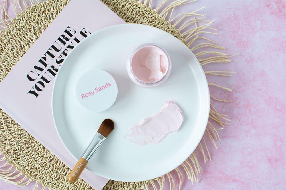 Aplicação de textura de máscara facial com pincel de estilo com tema rosa