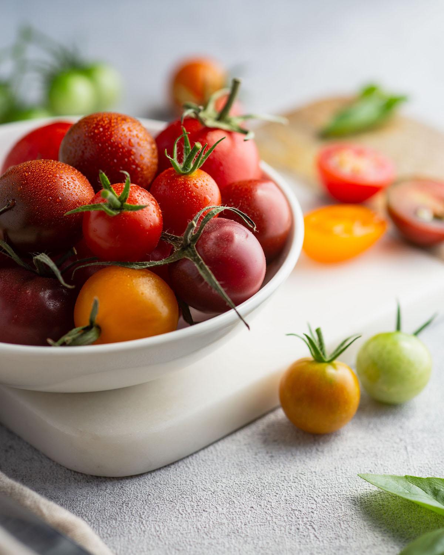 Recipiente de tomates frescos colhidos