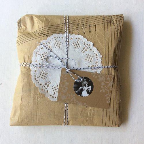 Presente embrulhado em padrão de costura vintage e guardanapo de papel
