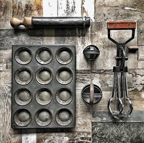 Bandeja vintage e utensílios de cozinha de mercados, vendas de quintais e leilões de acessórios de fotografia