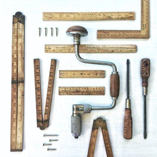 Ferramentas vintage e parafusos e cabos de régua de ferragens de armazém