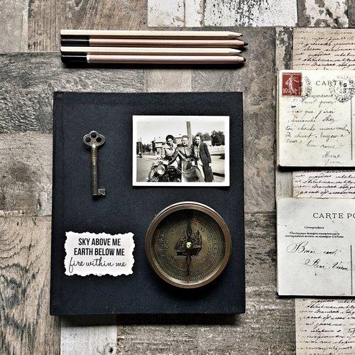 coleções antigas de postais e chaves antigas