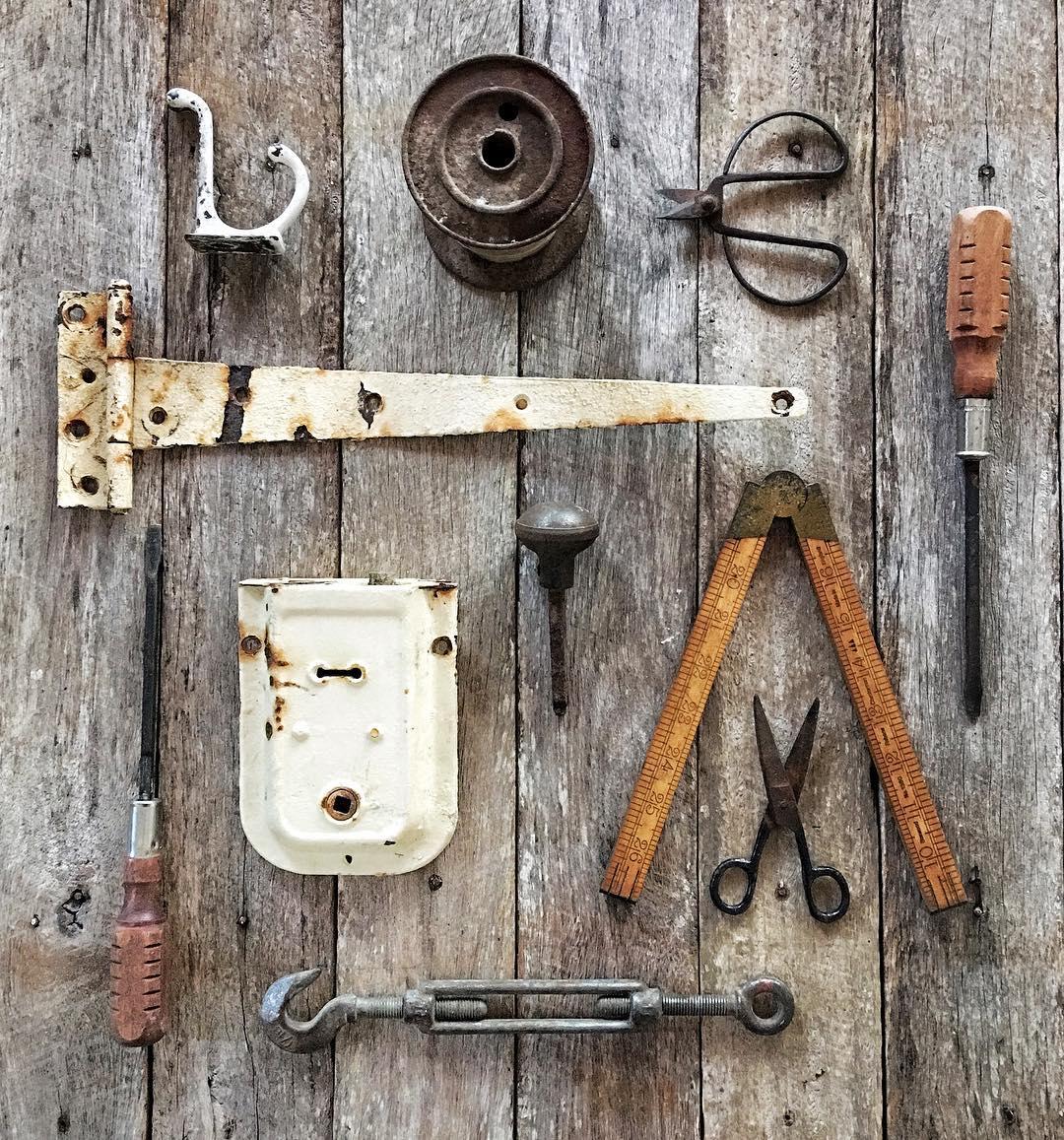 Ferramentas antigas e réguas de hardware, dobradiças e puxadores do armazém