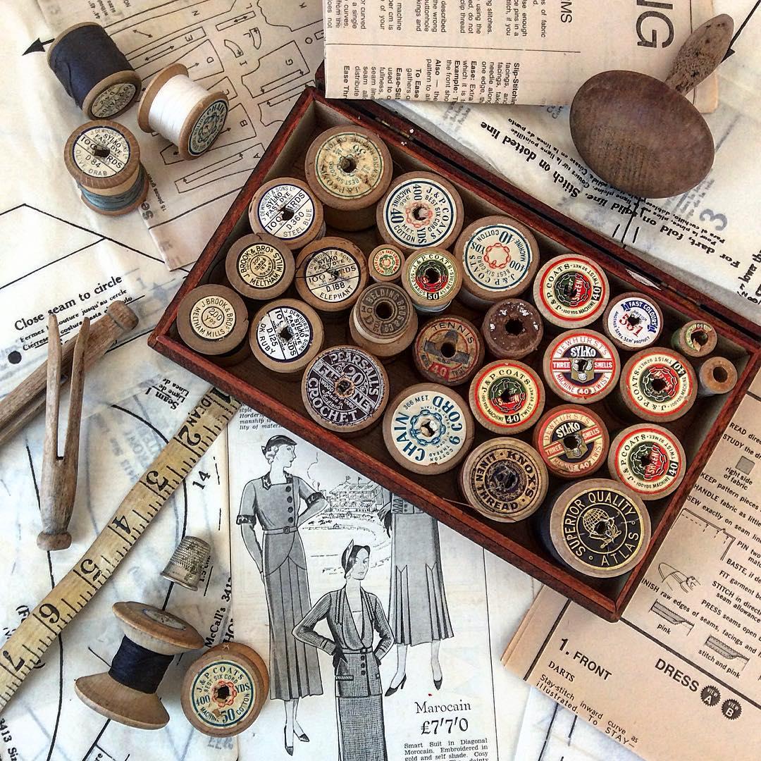 padrões de costura vintage, pinos de madeira e carretéis de linha