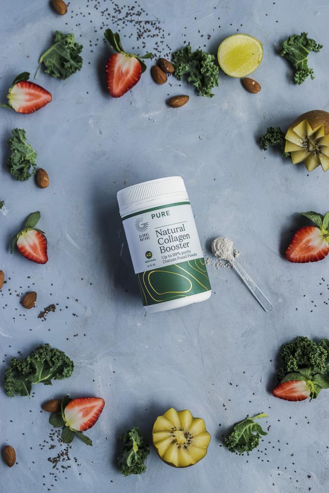 Suplemento alimentar saudável rodeado de couve, kiwi, morango, chia e amêndoa.