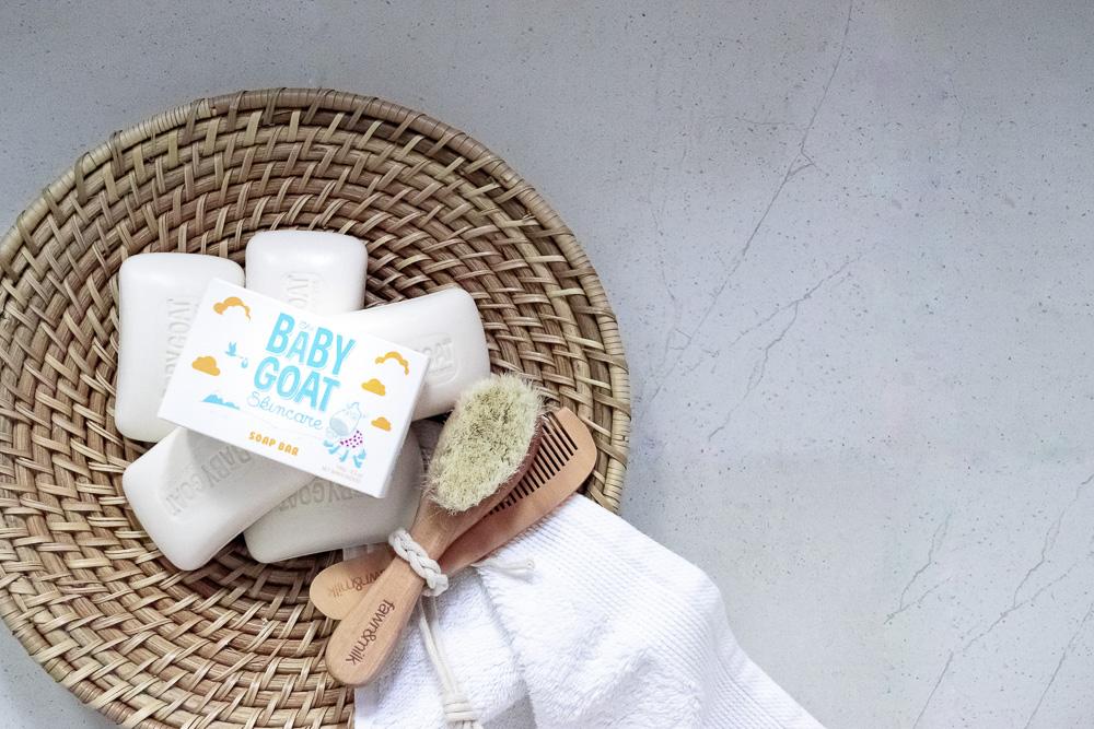 sabonete e escova de bebê na bandeja de vime