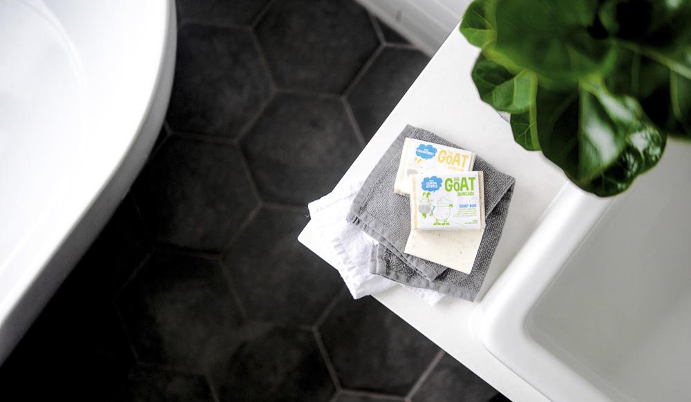 barra de sabão e uma toalha na bancada do banheiro