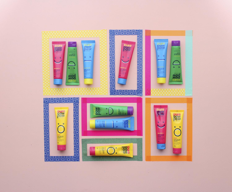 molduras coloridas criadas com fita washi estampada com tubos de creme para as pernas dentro