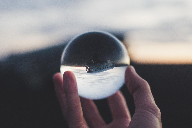 olhando através de uma bola de cristal em um acidente de avião